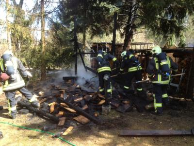 Foto zur Meldung: Die Freiwillige Feuerwehr Falkensee löscht Holzlagerbrand