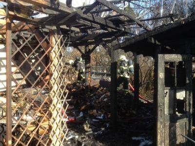 Foto zur Meldung: Falkenseer Feuerwehr löschte Brand in Gartenhaus