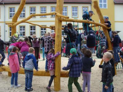 Foto zu Meldung: Neues Klettergerät auf dem Schulhof