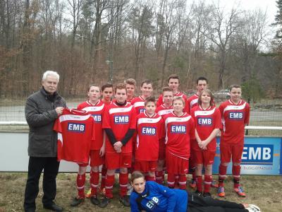 Foto zur Meldung: EMB überreicht neue Trikots für die C-Junioren des SV Kloster Lehnin