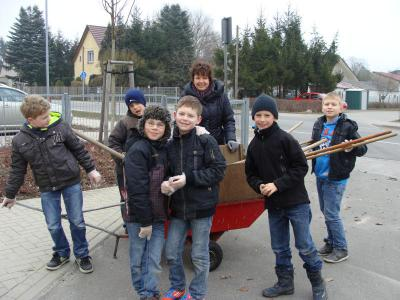 Foto zu Meldung: Frühjahrsputz in der Grundschule Rehfelde