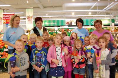 Foto zur Meldung: Bunte Präsente für angehende ABC-Schützen – Real-Supermarkt lud Mädchen und Jungen der Kita Am Gutspark zum Schultütenfest ein