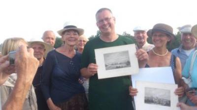 Foto zur Meldung: Gästeführer Klaus Ahrendt erhält ein besonderes Geschenk