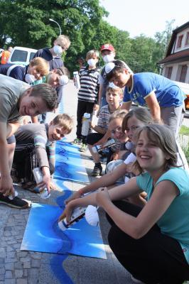 Foto zur Meldung: Schüler sprayen blaues Band in Wusterhausen