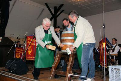 Foto zur Meldung: Fassbieranstich beim Markt in Wenings