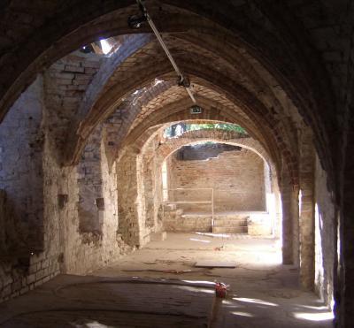 Foto zur Meldung: Projekte: Neues Dach auf Klosteruine gesetzt