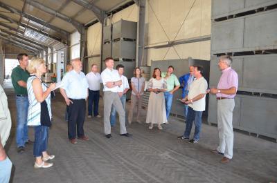 Foto zur Meldung: Landrat und Bauernverband zu Gast bei Großräschener Landwirtschaftsbetrieben