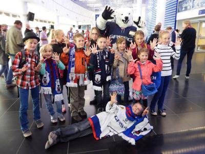 Foto zur Meldung: Reporterkids der Grund- und Oberschule Schenkenland bei den Berliner Eisbären
