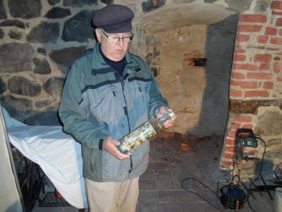 Rolf Huth mit der Flaschenpost