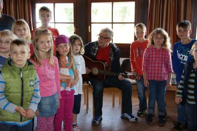 Foto zur Meldung: Ein Tag mit dem Liedermacher Arno Backhaus