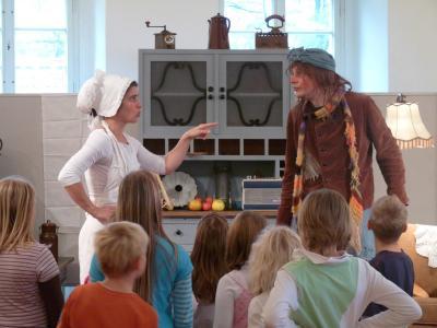 Hexe Henriette und Köchin Suppengrün stellen das Senftenberger Schloss auf den Kopf