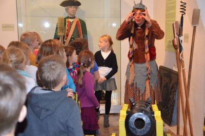 Hexe Henriette und Köchin Suppengrün begeisterten über 450 Kinder