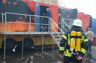 Foto zur Meldung: Über 200 Kameraden probten Ernstfall in Brandsimulationsanlage