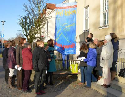 Flaggenhissung vor dem Falkenseer Rathaus