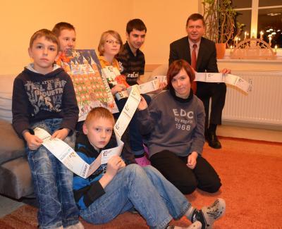 """Foto zur Meldung: """"Theaterkarten statt Weihnachtskarten"""" – Landrat Siegurd Heinze schenkt Kindern in Vetschau eine Adventsüberraschung"""