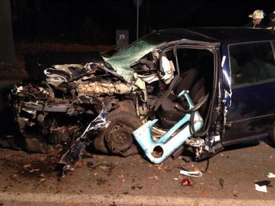 Foto zu Meldung: Auto prallt gegen Baum - zwei Schwerverletzte