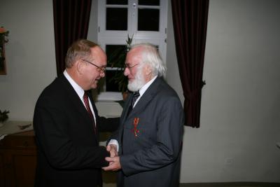 Landrat Hans Walker gratuliert Achim Walter