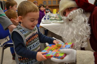 Foto zur Meldung: Weihnachtsmann brachte Geschenke für die Kinder der Gemeinschaftsunterkunft Sedlitz