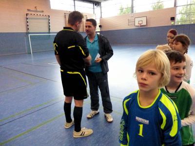 Foto zur Meldung: Spenden durch Schiedsrichter an TSV Germania Salzmünde e.V. überreicht