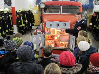 Foto zu Meldung: Besuch der Feuerwehr in Nennhausen