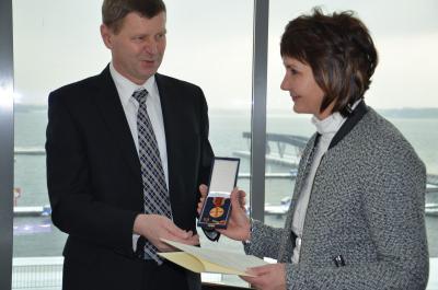 Foto zur Meldung: Schwarzheiderin Silvia Fiedler erhält Verdienstmedaille