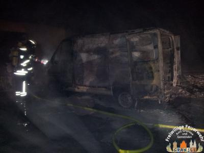 Foto zu Meldung: Brennender Kleintransporter in Rönnebeck