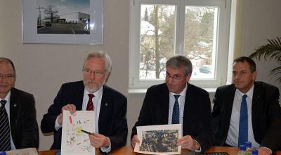 Baudezernent Jürgen Goulbier (Landkreis Havelland), Landrat Dr. Burkhard Schröder, Bürgermeister Heiko Müller und Baudezernent Thomas Zylla (von links) auf der Pressekonferenz im Falkenseer Rathaus.