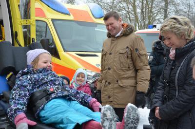 """Zum """"Einsatz"""" in den Kindergarten -  Fahrzeugübergabe der besonderen Art"""