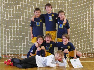 So sehen glückliche Sieger aus - die F-Junioren vom SV Blau-Gelb Falkensee!