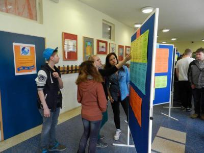 Foto zur Meldung: Info-Mobil (Lehrstellenmobil) der Berufsberatung an der Oberschule Schenkenland