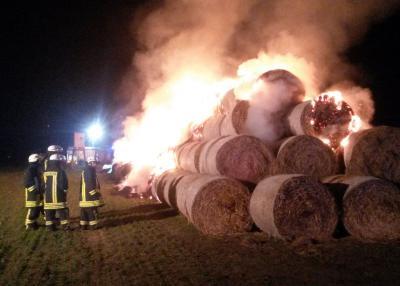 Foto zu Meldung: Strohmiete abgebrannt