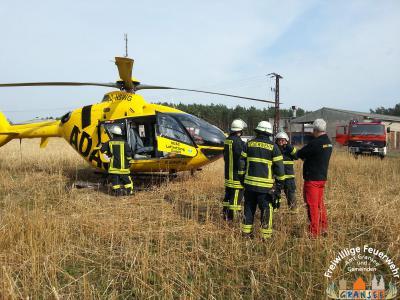 Foto zur Meldung: Feuerwehr sichert Landemöglichkeit für RTH in Dannenwalde