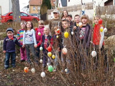 Foto zur Meldung: Kinder hängen Ostereier an die Büsche