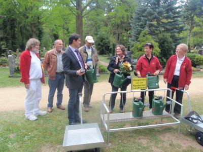 Foto zur Meldung: Landfrauen übergeben Pfandstation am Waldfriedhof