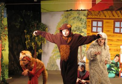 Foto zur Meldung: Letztes Sonntagsmärchen vor den Kalimandscharo-Festspielen – tierische WG lehrt Räuber das Fürchten