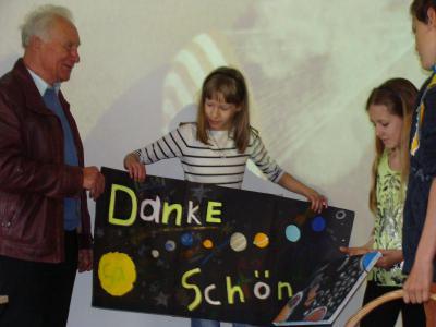 Foto zu Meldung: Sigmund Jähn besucht Rehfelder Grundschule