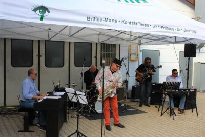 """Foto zur Meldung: Gelungene Eröffnung der Reihe """"Live im Hof"""" mit der Tony Lakatos Gypsy Band"""