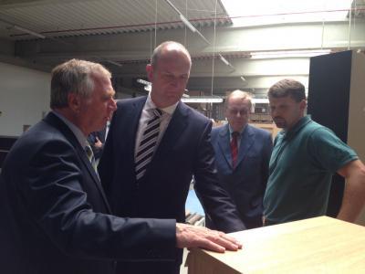 Vorschaubild zur Meldung: Ministerpräsident Woidke zu Gast im Meyenburger Möbelwerk