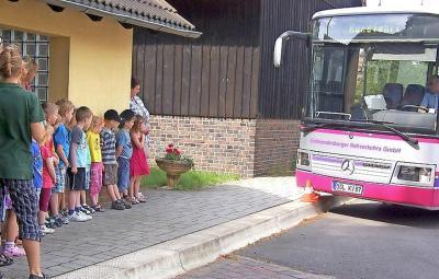 Foto zur Meldung: Kindern lernen Regeln am Schulbus