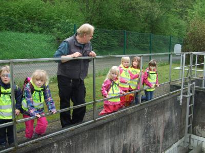 Kitakinder besuchen die Waldsolmser Kläranlage