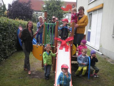 Foto zur Meldung: Ahoi und allzeit eine Handbreit Wasser unter dem Kiel - Ein Kletterschiff für die kleinsten Schwalbenkinder entert den Kitagarten