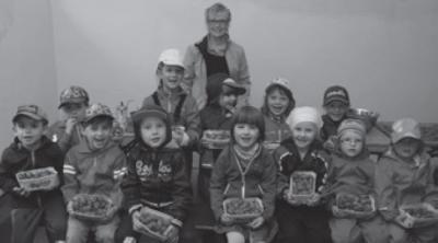 Foto zur Meldung: Kindergarten Wirbelwind beim Erdbeerbauern