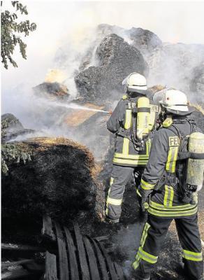Foto zur Meldung: 100 Heuballen brennen am Hof in Oberneisen