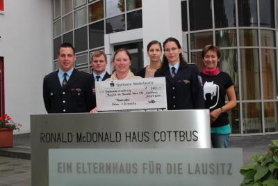 Foto zur Meldung: Feuerwehr spendet an das Ronald Mc Donald Haus Cotttbus