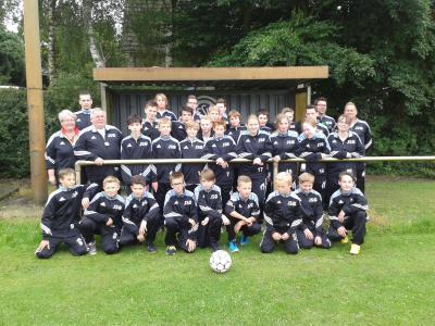 Foto zur Meldung: Neue Trainingsanzüge für Fußballjugend