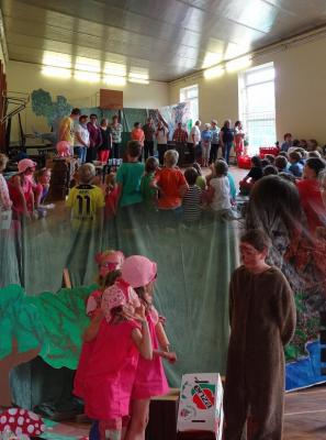 Foto zur Meldung: Märchenhafter Schuljahresabschluss der Evangelischen Schraden-Grundschule
