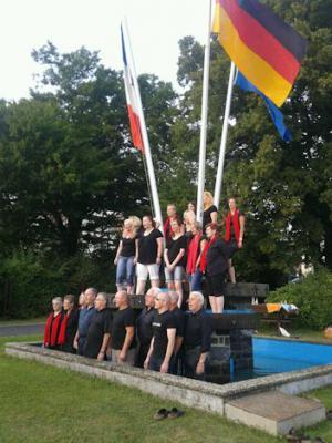 Die Sängerinnen und Sänger des Gemischten Chor im Brunnen des Platz Nucourts