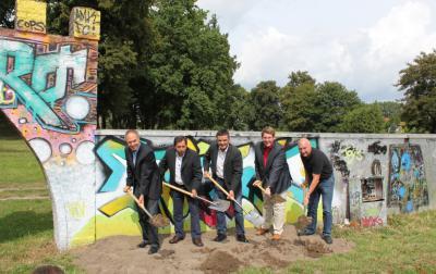 Vorschaubild zur Meldung: 1. Spatenstich Platz der Jugend – Park an der Stadtmauer am 15.08.2014
