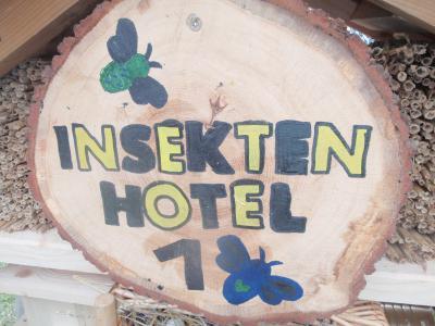 Foto zur Meldung: Naturschutz praktisch: 3 neue Insektenhotels für Nauheim