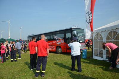 """Foto zur Meldung: Gelungene Überraschung: Feuerwehren und Bus-Fahrgäste im Landkreis sehen ab sofort """"rot"""""""
